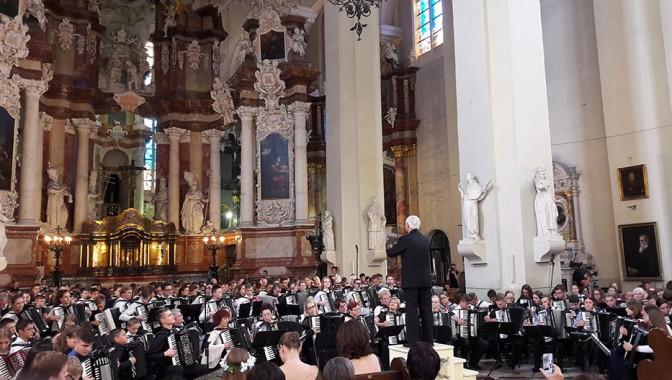 Ulbrokas akordeonisti Lietuvas skolēnu dziesmu svētkos.